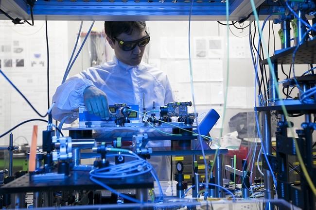 SK텔레콤 분당사옥에 위치한 '양자암호통신 국가시험망'에서 SK텔레콤 직원이 5x5mm 크기의 양자난수생성 칩을 들고 있는 모습