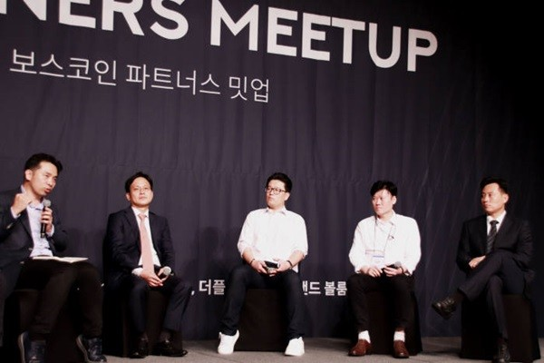 (Starting from the left) CEO Choi Yae-joon of BOSCoin, CEO Kim Jae-hyang of PayExpress, Director Lee Jae-il of Forbiz, CEO Kim Young-min of Korea Cashback, and CEO Lee Joo-sang of Nature Mobility are having a panel debate at BOSCoin Partners Meetup that was held at Plaza Hotel.