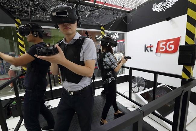 KVRF 방문 고객이 KT 전시부스에서 4인 1조로 괴물과 전투하며 실종된 대원을 구출하는 게임인 블랙뱃지 시그널 게임을 하고 있는 모습