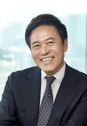 SK텔레콤이 고객 눈높이에 맞춰 서비스를 혁신하고, 핵심 기술 확보 및 공유·협업을 강화하기 위한 조직 개편을 10일자로 시행한다. 박정호 SK텔레콤 사장.