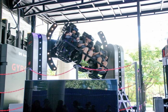 KVRF2018 관람객들이 VR콘텐츠와 기구를 직접 체험하고 있다. (사진=박동선 기자)