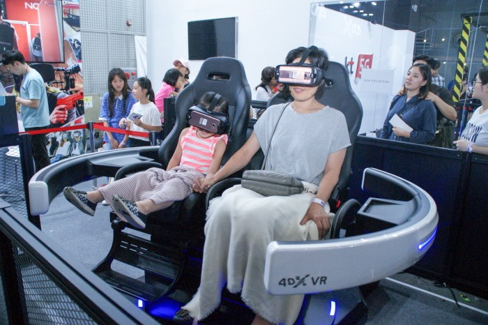 KVRF2018 행사장 내 CJ ENM 부스에서 시뮬레이션형 VR 콘텐츠를 즐기고 있는 관람객의 모습. (사진=박동선 기자)