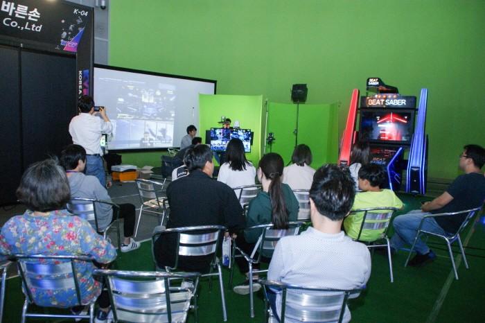 KVRF2018 행사간 펼쳐진 VR게임대전은 실시간 스트리밍으로도 방송되면서 많은 주목을 받았다. 행사장 내 실시간 방송장면의 모습. (사진=박동선 기자)