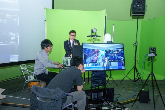 KVRF2018 행사간 펼쳐진 VR게임대전은 실시간 스트리밍으로도 방송되면서 많은 주목을 받았다. 가상스튜디오  콘텐츠 기업 다림비전이 VR게임대전 생방송을 진행하고 있다.(사진=박동선 기자)