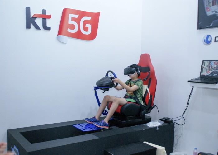 KVRF2018 행사장 내 KT부스에서 VR콘텐츠를 즐기고 있는 어린이 관객. (사진=박동선 기자)