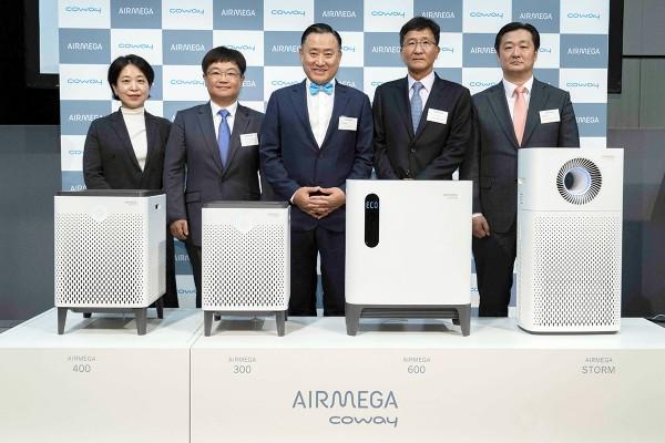 '코웨이'는 지난 4일 일본 도쿄에서 공기청정기 '에어메가(AIRMEGA)' 브랜드 론칭 행사를 개최하고 일본 프리미엄 공기청정기 시장 공략에 나섰다. 이해선 코웨이 대표이사(왼쪽에서 세 번째), 박용주 코웨이 마케팅본부장(오른쪽에서 두 번째), 이지훈 글로벌시판사업부문장(왼쪽에서 두 번째)가 기념사진 촬영을 하고 있다. 사진=코웨이 제공