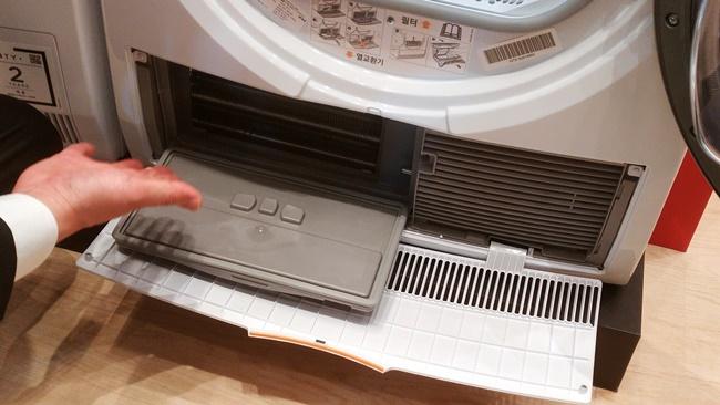 포집된 먼지는 위닉스 텀블건조기 하단부를 열어 진공청소기로 간편히 청소할 수 있다.