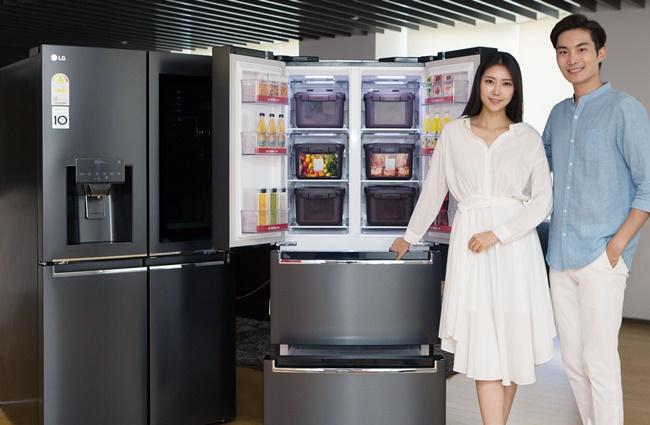 LG전자 모델들이 디오스 김치톡톡 신제품을 소개하고 있다.