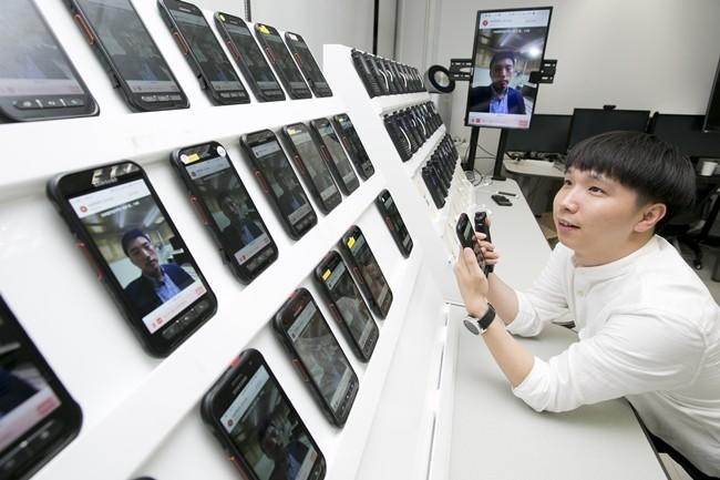 KT가 다른 제조사의 기지국 장비에서도 대규모 사용자의 그룹통신이 가능한 기술 개발 및 시연에 성공했다. 해당 기술을 통해 원활한 대규모 그룹통화가 이루어지는 모습이다.