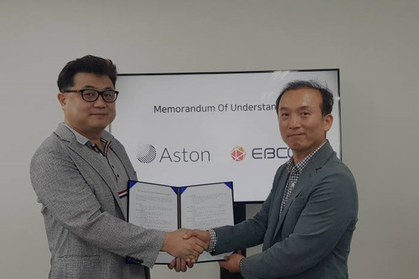 CEO Kim Seung-ki (left) of Aston and COO Han Seok-kyung of EBCoin took a commemorative picture after signing an agreement.
