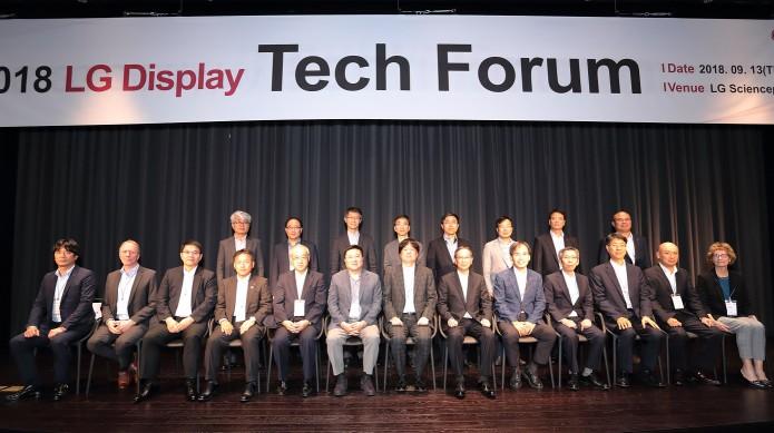 LG디스플레이가 마곡 LG 사이언스파크에서 '2018 LG디스플레이 테크포럼(Tech Forum)'을 갖고, 세계 최고의 경쟁력을 갖춘 글로벌 협력사 11개사와 상호 협력을 다짐했다. 앞줄 왼쪽 네번째부터 스미모토 Takanari Yamaguchi 사업부장, 니치아 Hiroshi Kamada 부부문장, LG디스플레이 CEO 한상범 부회장, 제이에스알 Nobuo Kawahashi 최고기술책임자, 제이엔씨 Keizo Yamada 부문장, LG디스플레이 CTO 강인병 부사장 순.