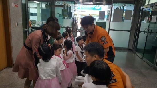 인천 서구 마전 어린이집 어린이들, 한가위 앞두고 인근 소방서 위로 방문