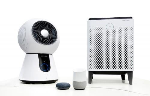 라이프케어기업 '코웨이'가 공기청정기에 구글 어시스턴트 기반 AI 스피커인 '구글 홈'을 연동해 한국어 음성으로 편리하게 제품을 사용할 수 있는 서비스를 선보였다. 사진=코웨이 제공