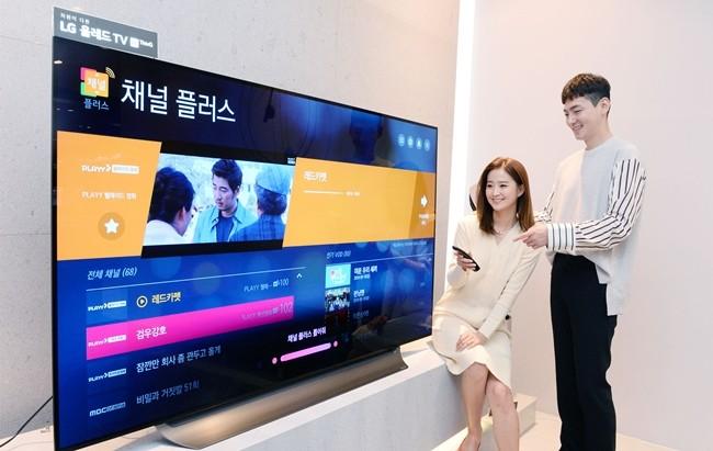 서울시 강남구에 위치한 LG베스트샵 강남본점에서 고객들이 LG 스마트 TV에서 '채널플러스'를 시청하고 있다