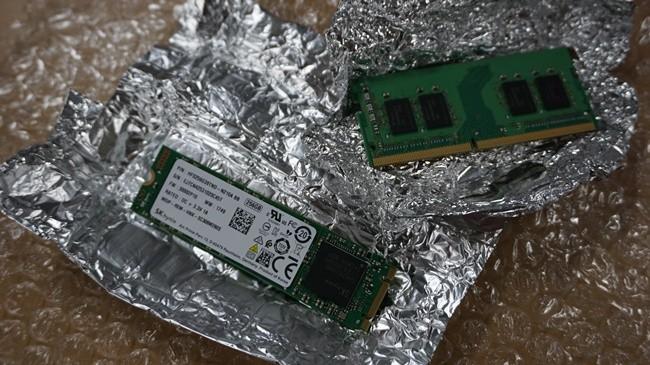 정전기에 취약한 메모리 특성상 은박지로 포장돼 있다. 왼쪽 아래가 M.2 SSD, 오른쪽 위가 DDR4 RAM