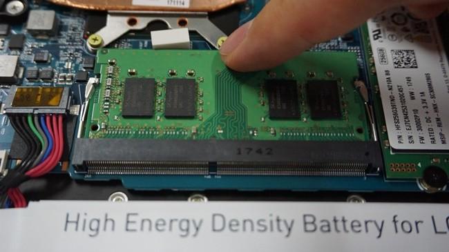 그대로 위에서 밑으로 RAM를 누르면, 양옆에 핀이 자동 고정