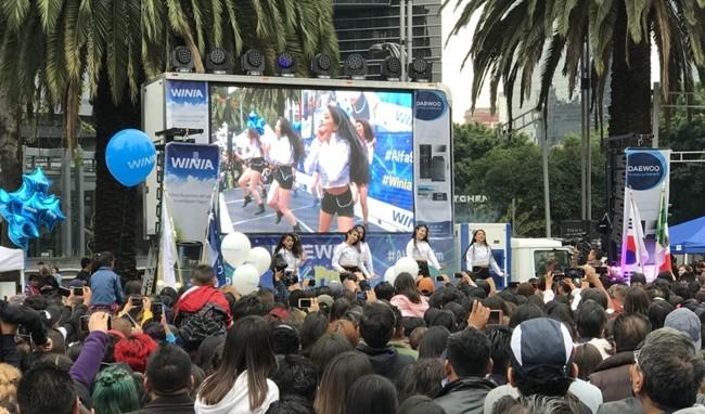 지난 9월 30일 멕시코시티 레포르마 거리에서 진행된 대우전자 'K-Pop 파티' 에서 K-Pop 커버댄스 공연을 지켜보는 관람객들