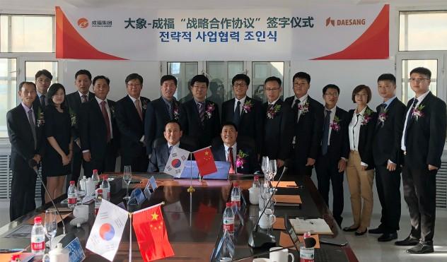 대상주식회사 정홍언 사장(사진 가운데 좌측)과 청푸그룹 왕청푸 회장(사진 가운데 우측)이 각사 관계자들이 참석한 가운데 라이신 사업에 관한 전략적 사업협력 조인식을 갖고 기념촬영을 하고 있다. 사진=대상 제공