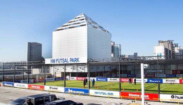 홈플러스(사장 임일순)가 유휴부지인 옥상에 조성한 풋살 경기장을 활용해 장애인들을 위한 체육행사를 벌인다. 홈플러스 풋살 파크 모습. 사진=홈플러스 제공