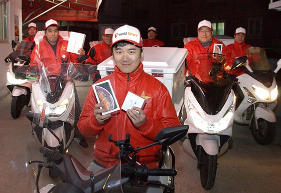 SK텔레콤 '오늘 도착' 서비스 전문 배송기사가 아이폰 배송을 준비하고 있는 모습