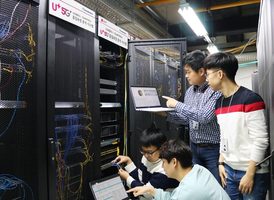 LG유플러스 네트워크 직원들이 상암사옥에 구축된 5G 네트워크 품질 통합 측정 분석 시스템을 점검하고 있는 모습