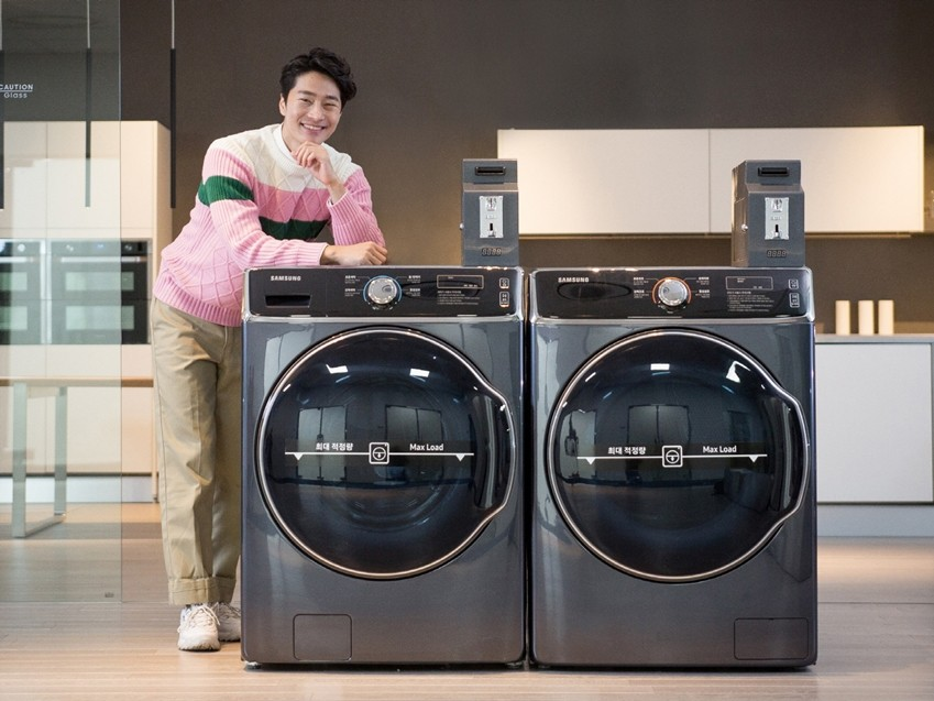모델이 삼성전자 'B2B 세탁기·건조기'를 소개하고 있다.