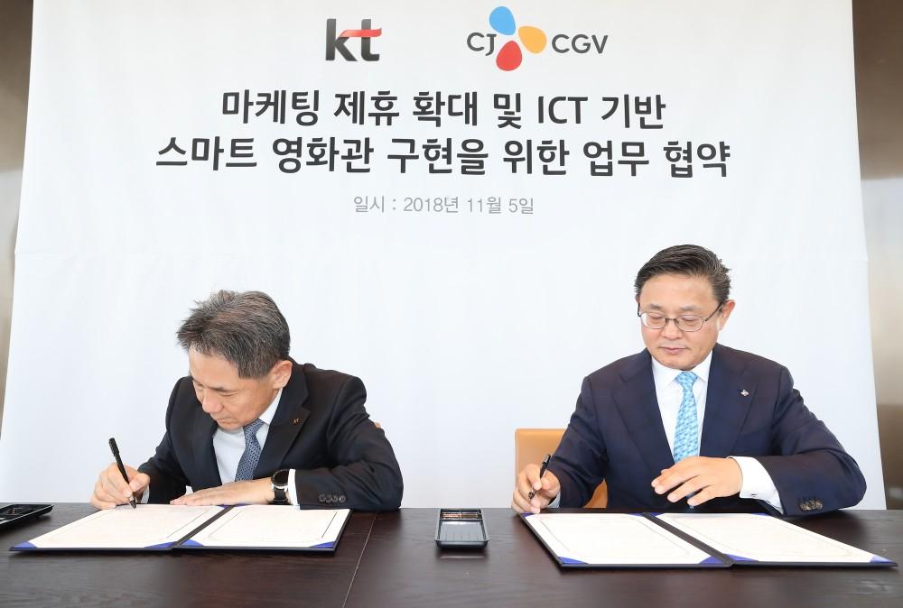 KT 마케팅부문장 이필재 부사장(왼쪽)과 CJ CGV 최병환 대표(오른쪽)가 업무 협약을 체결하고 있는 모습