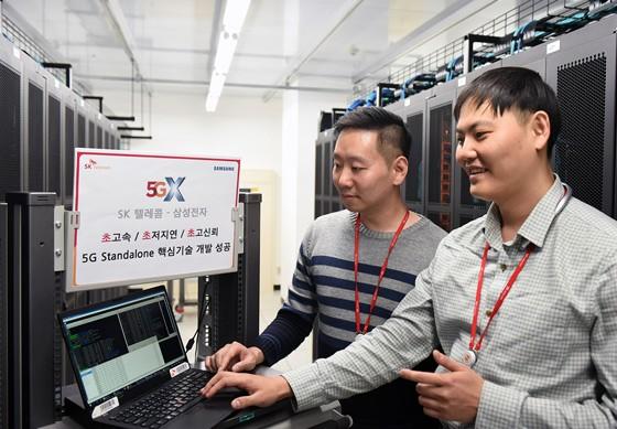 수원에 위치한 삼성전자 5G연구소에서 SK텔레콤 연구원들이 이번에 개발한 '5G SA교환기' 성능을 테스트하고 있다.