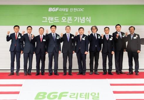 BGF그룹 홍석조 회장(왼쪽에서 다섯 번째)이 관계자들과 함께 기념촬영을 하고 있다. 사진=BGF그룹 제공