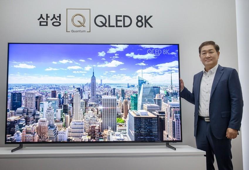 삼성전자 영상디스플레이사업부 한종희 사장이 7일 서울 반포 플로팅 아일랜드 컨벤션홀에서 열린 'Q LIVE' 행사에서'QLED 8K' TV를 소개하고 있다.