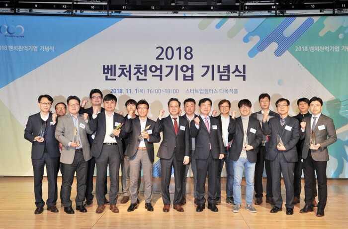2018년 벤처천억기업으로 선정된 기업 대표들과 메가존 이주완대표(맨 오른쪽)가 기념 촬영을 하고 있다.