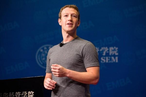 저커버그, 팀 쿡과의 갈등 심화되나…페이스북 임원에 아이폰 사용 금지 지시