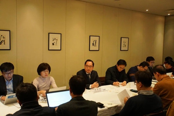 Director Kim Chang-yong (third from the left in the back row) of NIPA held a press conference at Gwanghwamun Gate on the 22nd and announced that NIPA will concentrate on promoting new software industries.  (Provided by NIPA)