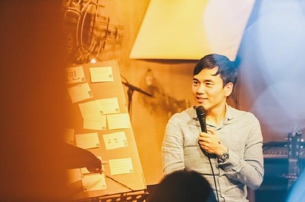 젊은 뮤지션들과 함께 한 힐링토크쇼 '토닥토닥'을 진행하는 김기환. 사진=김기환 제공