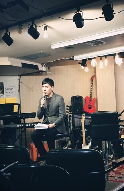 젊은 뮤지션들과 함께 한 힐링토크쇼 '토닥토닥'에서 노래하는 김기환. 사진=김기환 제공