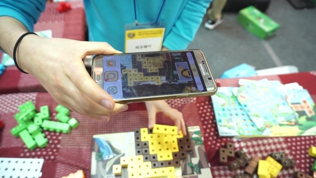 애니불록 전용앱 실행화면에서 블록을 바라보자, AR 가이드가 실행된 모습