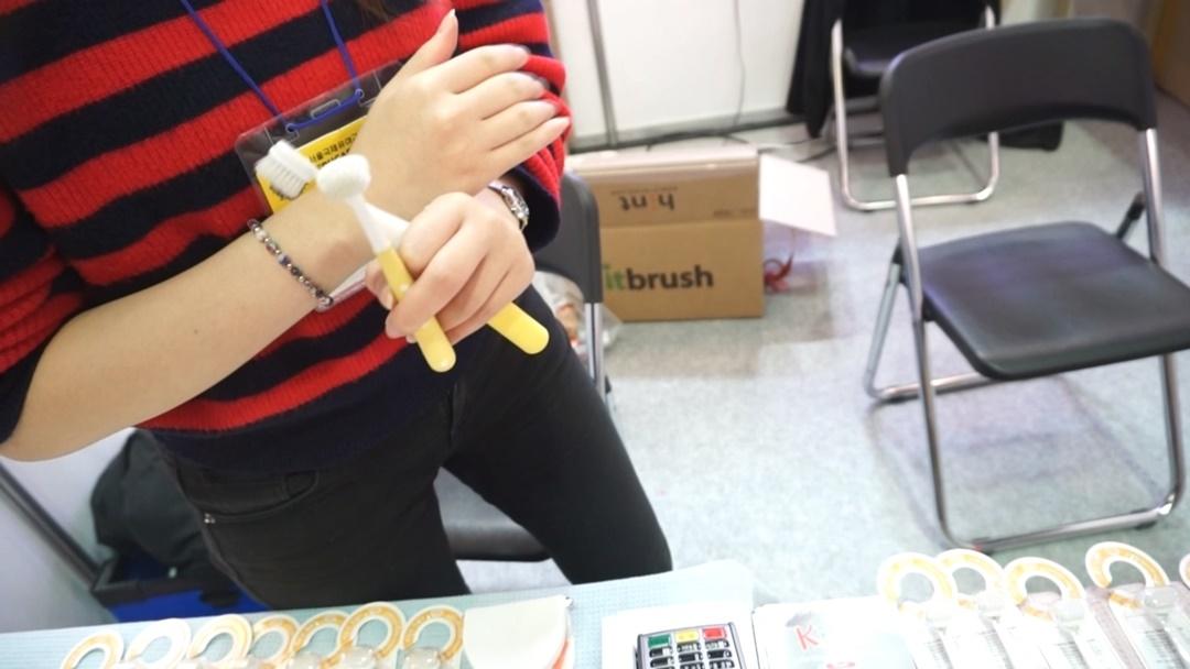 손잡이 부위에 있는 조절 스위치를 위·아래로 이동하며 일자형과 T자형을 필요에 따라 전환할 수 있다.