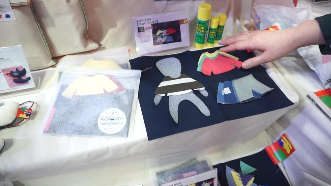 둥글게둥글게가 제공하는 '하얀 꾸러미' 안에는 아이가 꾸미기 쉽도록 작은 천 조각으로 가공된 여러 옷감이 들어있다. 구성품은 서로 조화를 이룰 수 있도록 전담 디자이너가 구성한다.