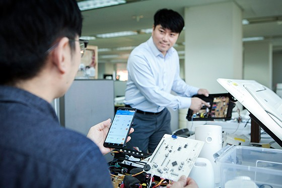 SK텔레콤과 협력업체 직원들이 스마트홈 기기를 테스트하는 모습