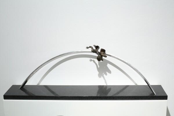 '지나간 세기를 위한 기념비1, 브론즈, 스테인리스 스틸, 110×20×30cm, 2001'. 사진=교보문고 교보아트스페이스 제공