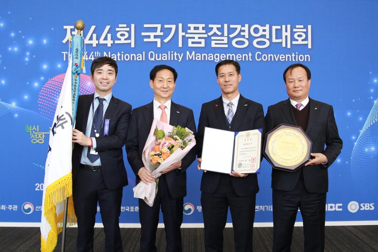 지난 28일 코엑스에서 김정국 부사장(왼쪽에서 두 번째)이 국무총리표창을 수상하고 기념촬영을 하고 있다.