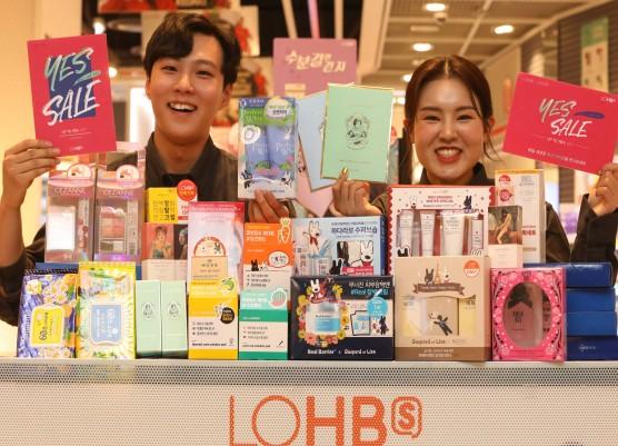롯데의 헬스앤뷰티 스토어 '롭스(LOHB's)'는 오는 12월 6일까지 'YES(Year End Sale) 세일'을 진행한다. 이번 행사에서는 총 8000여개 품목을 최대 70% 할인가로 판매한다. 사진=롭스 제공