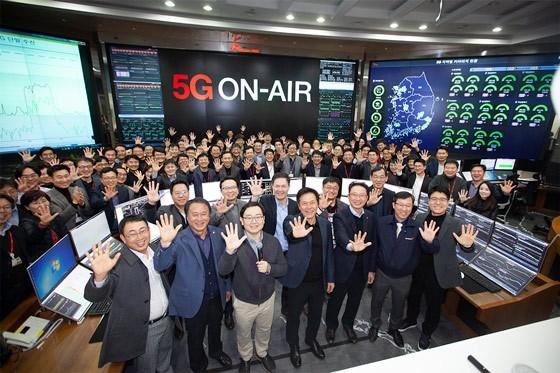 박정호 사장을 비롯한 SK텔레콤 임직원과 외부 관계자들이 5G 출발을 기념하는 행사에서 대한민국 New ICT를 힘차게 열겠다'고 다짐을 하고 있는 모습