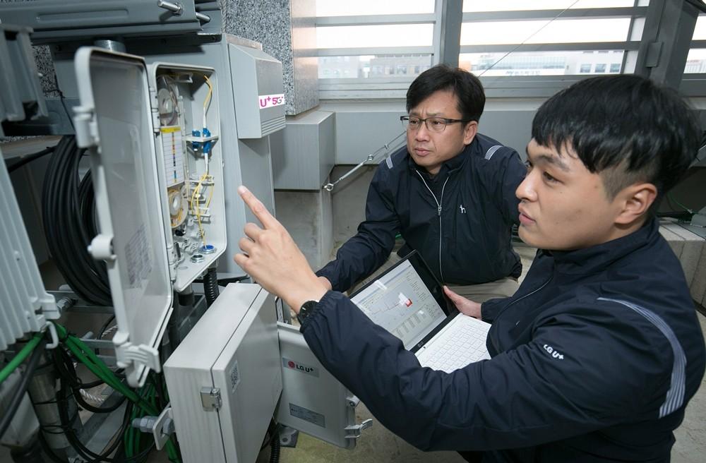 LG유플러스 직원들이 새로 개발된 광선로감시시스템을 시험하고 있다.