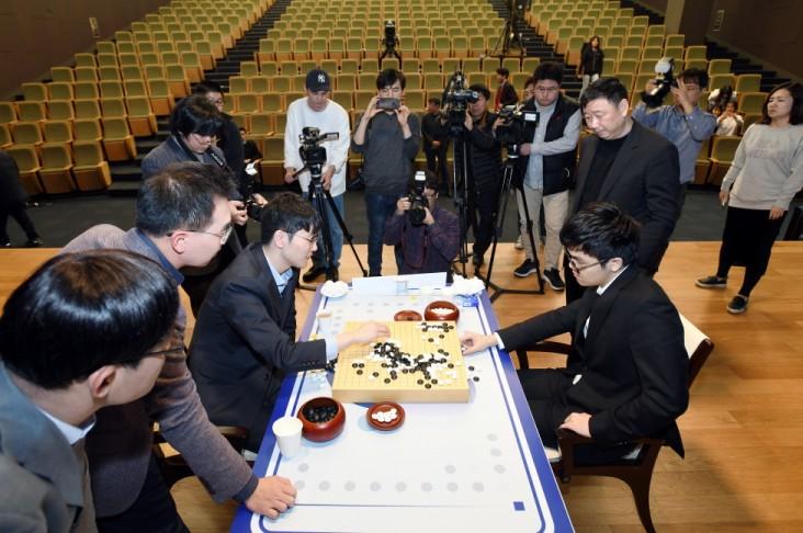 안국현 8단(왼쪽)이 삼성화재배 결승 2국에서 커제 9단에게 패해 최종국에서 승자가 가려지게 됐다. 사진=한국기원 제공