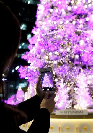 현대백화점은 크리스마스를 앞두고 오는 12월 7일부터 25일까지 압구정본점 등 전국 15개 점포에서 '크리스마스 선물 특집전'을 진행한다고 밝혔다. 행사기간 각 점포의 내·외부를 크리스마스 분위기로 연출하고, 점포별로 대형 할인 행사를 진행할 예정이다. 사진=넥스트데일리 DB