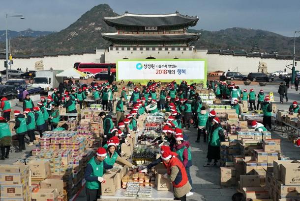 대상은 지난 5일 서울 광화문 북광장에서 '청정원 나눌수록 맛있는 2,018개의 행복' 나눔 행사를 진행했다고 밝혔다. 사진=대상 제공