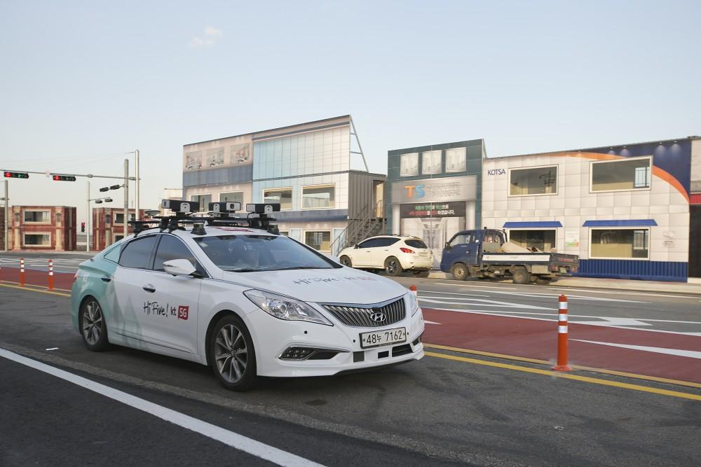 KT 자율주행차량이 10일(월) 경기도 화성에 위치한 5G 네트워크 기반의 자율주행 실험도시 'K-City'에서 테스트 주행을 하고 있다.