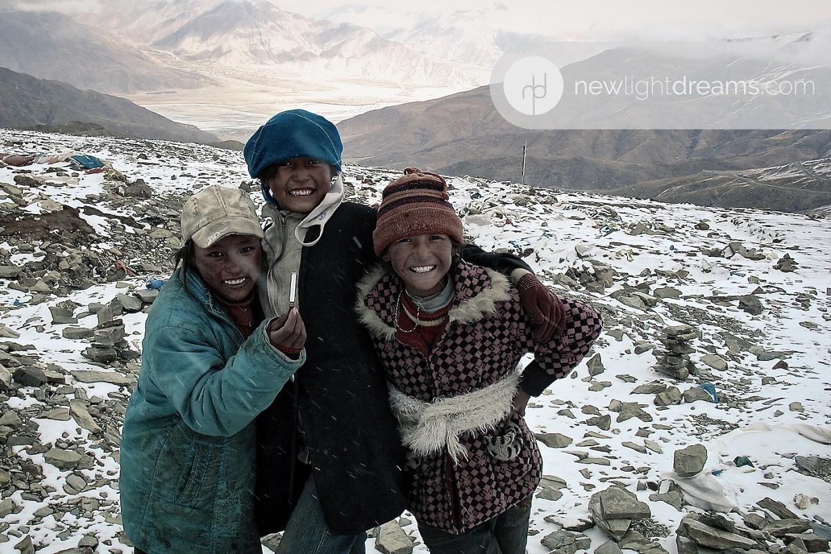 장난기 어린 세 명의 티벳 소녀들
