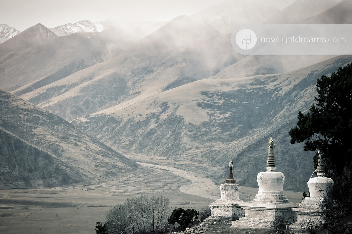 세 개의 사리탑이 산 속에 세워져 있다.
